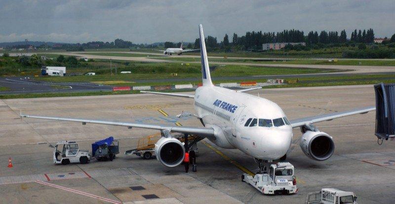 Francia pide a las aerolíneas abastecerse de carburante fuera del país