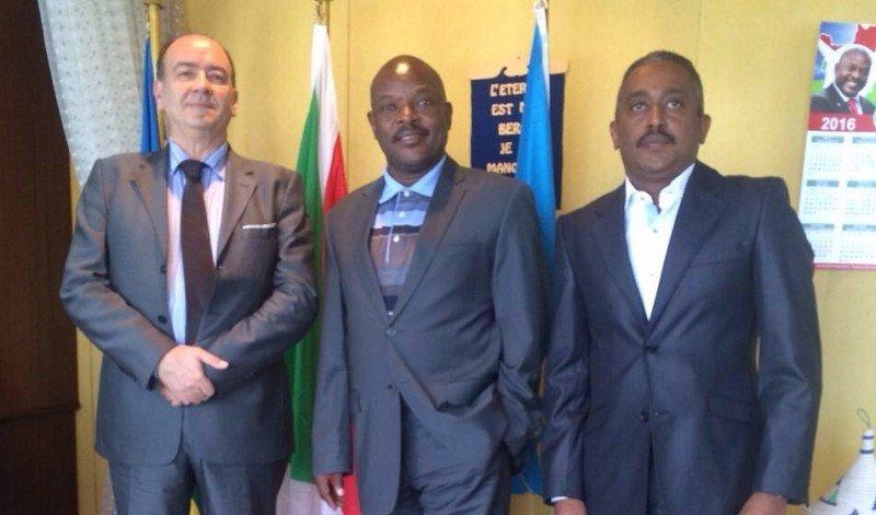 El empresario español Manuel Perira junto al presidente de la Republica Burundi, Pierre Nkurunziza, y uno de sus consejeros.