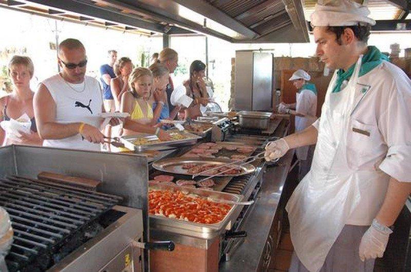 Cocineros y ayudantes de cocina, entre los perfiles que más se demandarán este verano.