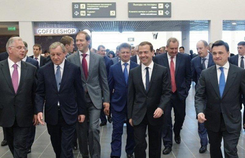 El primer ministro ruso, Dimitri Medvédev, acompañado de funcionarios y autoridades aeroportuarias recorre las instalaciones del nuevo Aeropuerto de Moscú-Zhukovsky.
