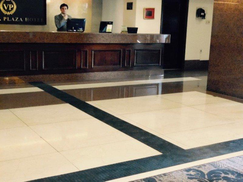 Se colocó caminería táctil y de contraste en los acceso y el lobby del hotel.