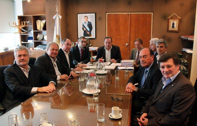 CAT presentó el documento ante el ministro Gustavo Santos.