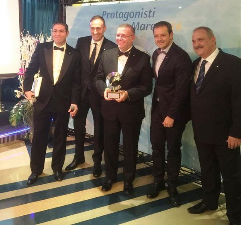 Carlos Pera recibiendo el premio de Aeromundo a bordo del Costa Favolosa.