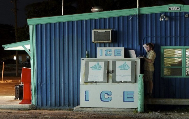 Jeremy Hildreth robando wifi y electricidad en un negocio cerrado en Bahamas. Foto: jeremyhildreth.com