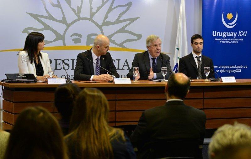 Mariana Ferreira, Antonio Carámbula, el ministro de Economía Danilo Astori y Santiago Peyrou en la presentación de la encuesta.