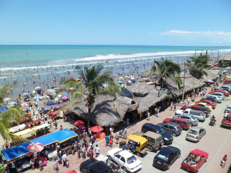 Más allá de los daños subsiste la playa, el sol, el mar, la gastronomía 'y la mejor voluntad de su gente', afirman en Pedernales.