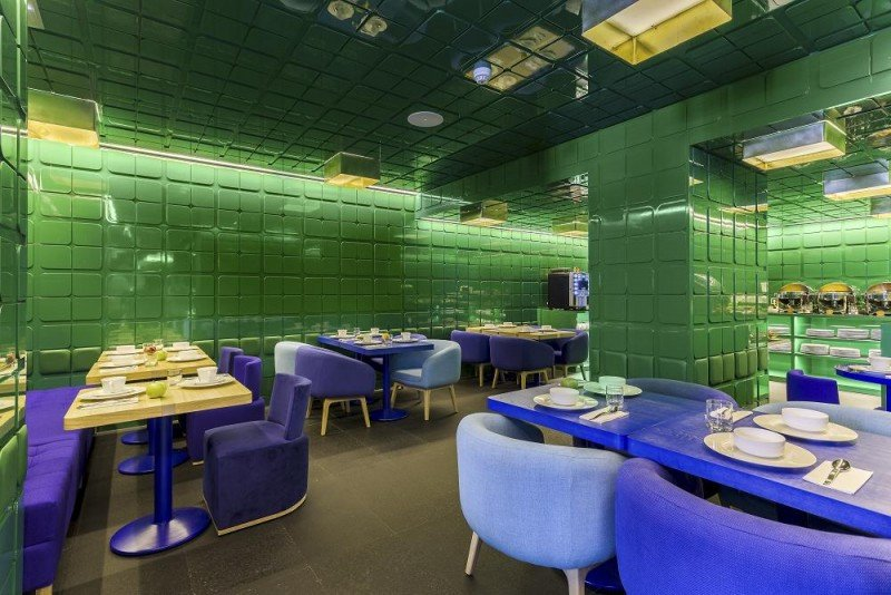 El desayunador del Room Mate Carla rinde homenaje a la tradición del diseño de Barcelona y a la cerámica.