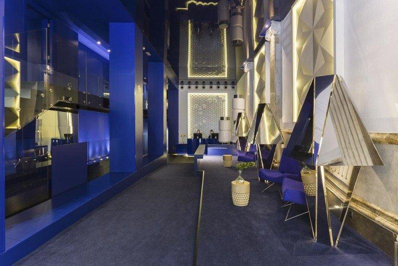 El mobiliario del lobby está compuesto por sillones de formas geométricas diseñados en exclusiva para este proyecto.