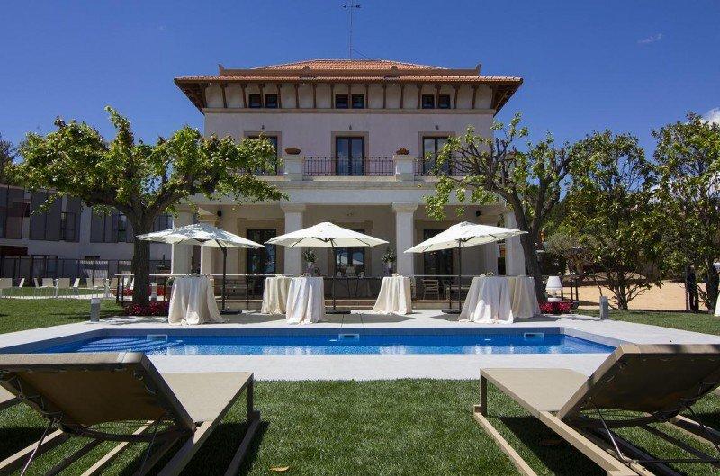 El hotel también dispone de piscina.