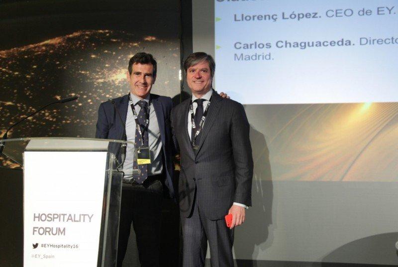 De izq. a dcha, Carlos Chaguaceda, director general de Turismo de la Comunidad de Madrid; y Llorenç López, CEO de EY.