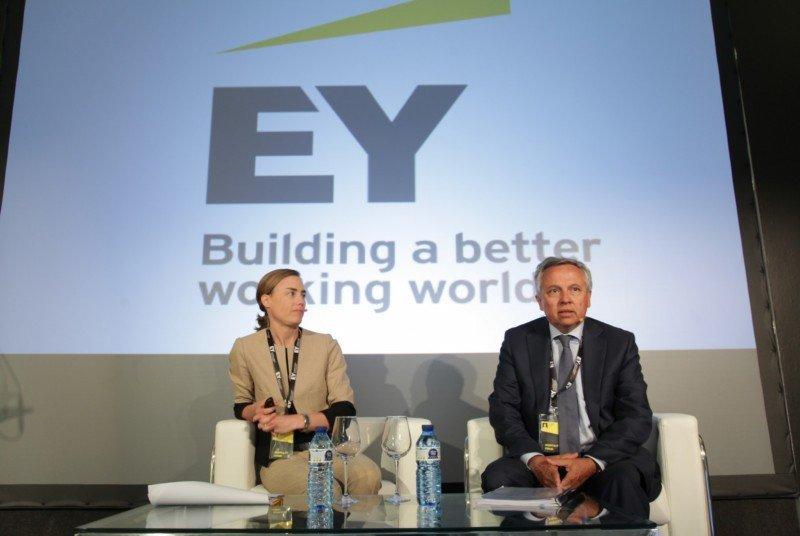 Helena Burstedt, socia de Transacciones Real Estate de EY, y Antonio Bosch, socio de Auditoría Sector Hotelero de EY, en la presentación del informe.