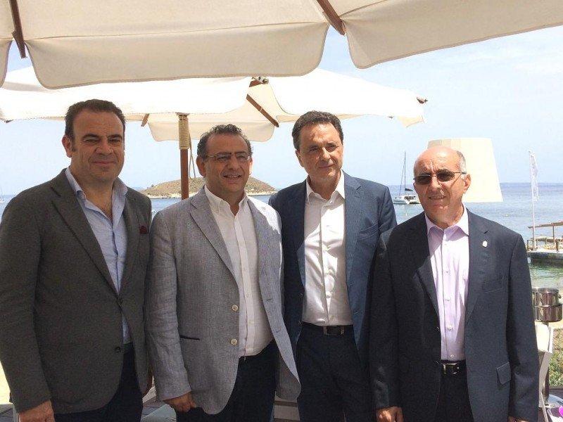 Foto de familia de la visita del alcalde de Torremolinos, José Ortiz, a Calviá.