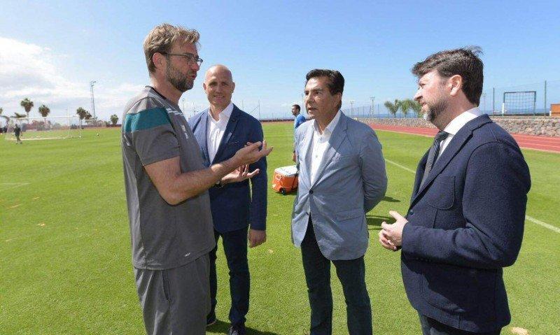 Jürgen Klopp, entrenador del Liverpool, en el nuevo campo de cesped natural del centro deportivo T3 en Tenerife.