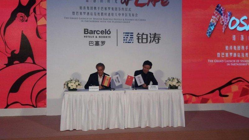 Raúl González y Alex Zheng, CEO de Barceló Hotel Group y Plateno Group respectivamente, en el momento de la firma del acuerdo celebrada este martes en Pekín.