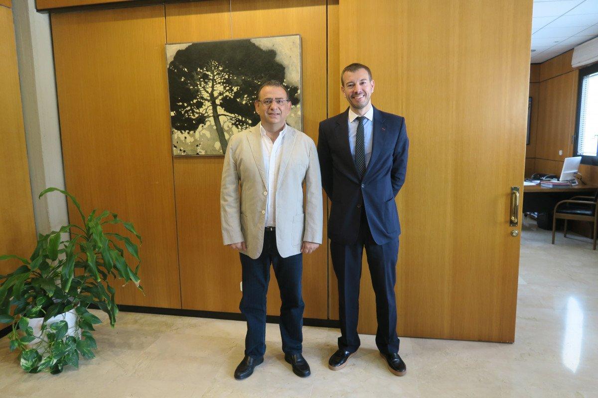El alcalde de Calviá, Alfonso Rodríguez Badal, y el director de la Oficina Española de Turismo (OET) en Londres, Enrique Ruiz de Lera.