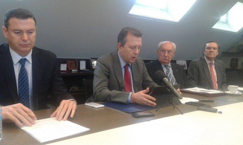 De izq. a dcha, Ángel Fernández-Albor, miembro del Comité Científico de Aemec; y Javier Cremades, secretario general de la Asociación, acompañados de accionistas minoritarios de NH, en la presentación de su postura común.
