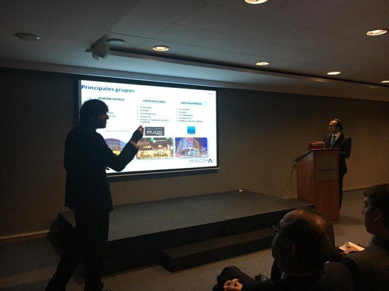 De izq. a dcha, Albert Grau y Bruno Hallé en la presentación de los resultados de su estudio sobre el mercado hotelero de Andorra.