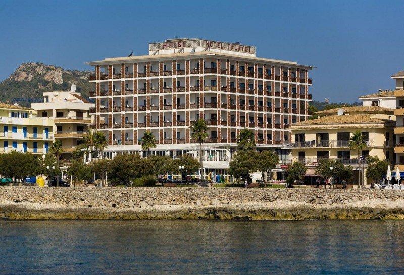 El emblemático hotel Talayot, con 114 habitaciones, está situado en primera línea de mar en la bahía de Cala Millor.