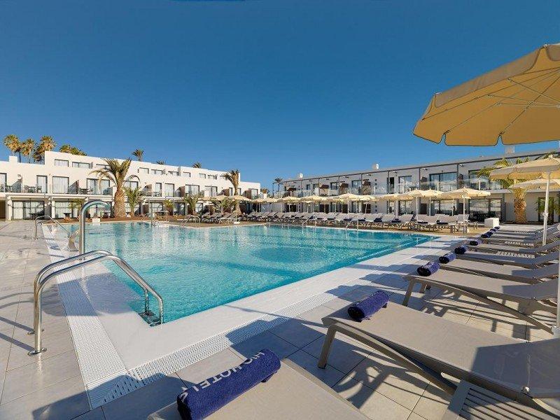 La piscina de agua de mar Incorpora camas de hidromasaje, zona de chorros de agua y efecto de natación a contracorriente.