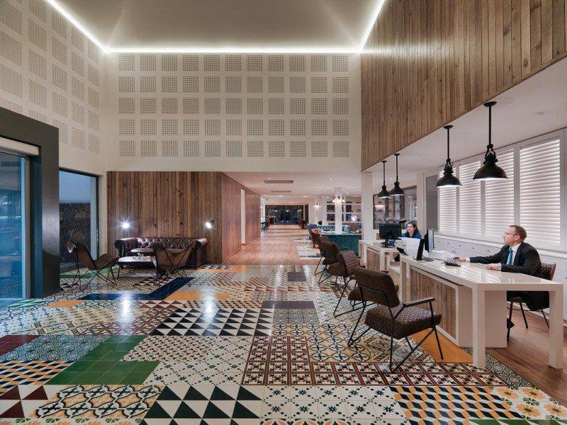 En sus instalaciones contrasta el predominio del color blanco y el uso de la madera con el suelo de baldosas hidráulicas en colores vivos.