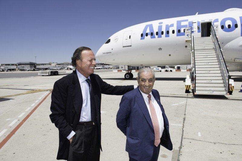 Julio Iglesias y J.J. Hidalgo en Madrid-Barajas y el nuevo 787 (Foto: César Lucas Abreu).