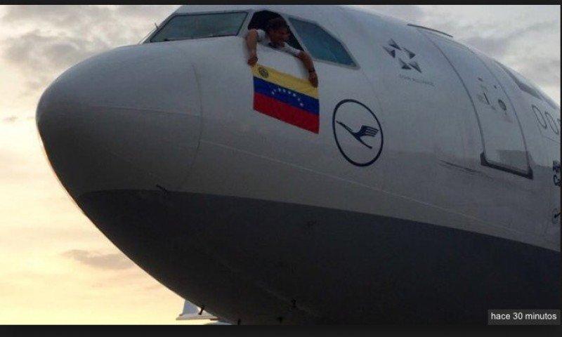 Los pilotos que operaron el último vuelo de Lufthansa con Venezuela quisieron despedirse del país sacando por la ventana la bandera venezolana.