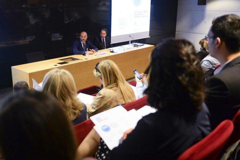 De izq. a dcha, Ricard Santomà y Jaime Ozores durante su intervención en la jornada sobre  gestión del talento en el sector turístico y hotelero.