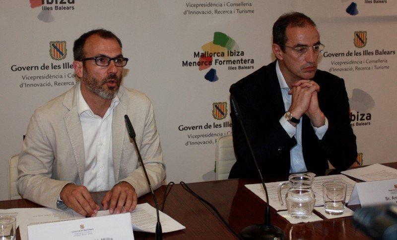 El conseller de Innovación, Investigación y Turismo, Biel Barceló, y el autor del estudio, Antoni Vives.