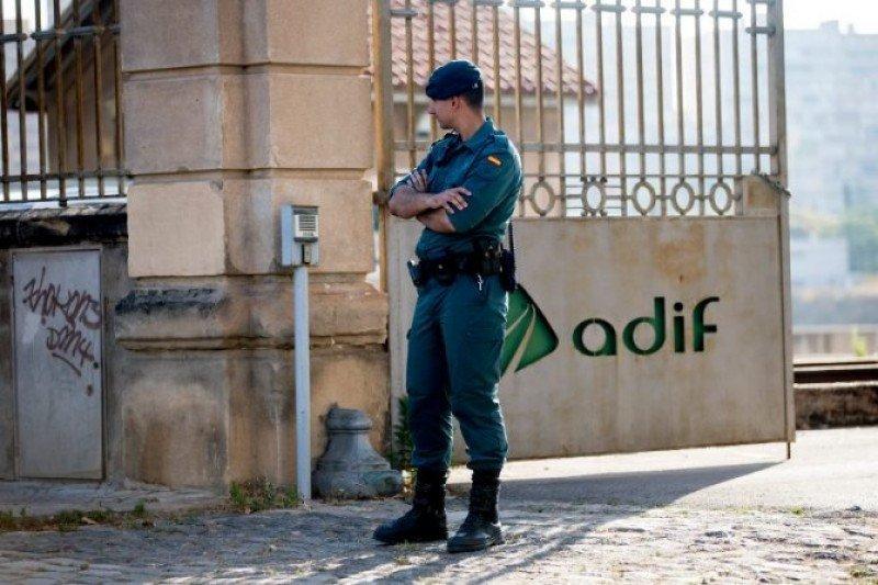 La Guardia Civil durante uno delos registros a las sedes de Adif (foto EFE/Quique García).