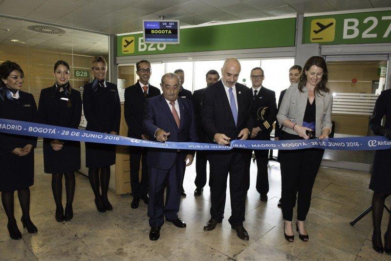 Juan José Hidalgo, acompañado del embajador de Colombia, Alberto Furmanski;  la directora del aeropuerto Elena Mayoral y la tripulación del vuelo inaugural al completo.