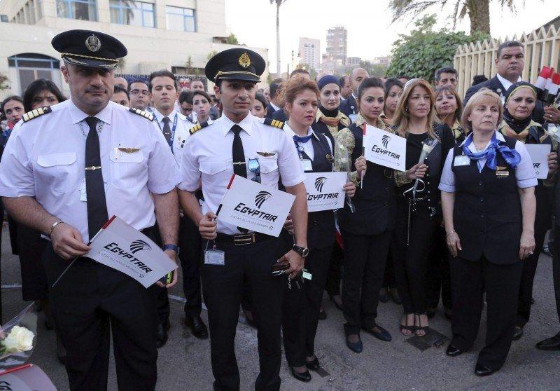 Pilotos y tripulantes de cabina de pasajeros de Egyptair recuerdan  alas víctimas.