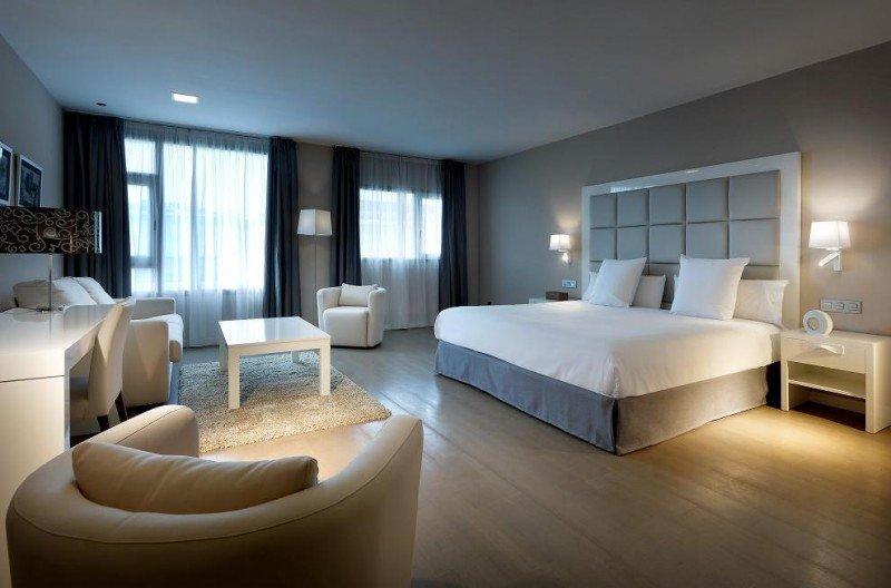 El hotel cuenta con 115 habitaciones, tres salas para eventos, piscina exterior, gimnasio, sala de masajes y sala de yoga.