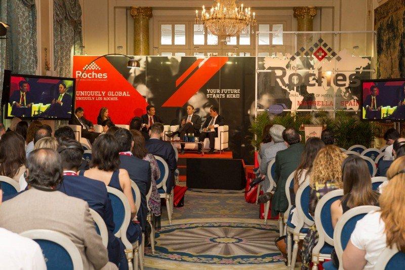Una de las dos mesas redondas que tuvieron lugar durante el foro, en la que participó Sonia Tatar, CEO global de Les Roches.