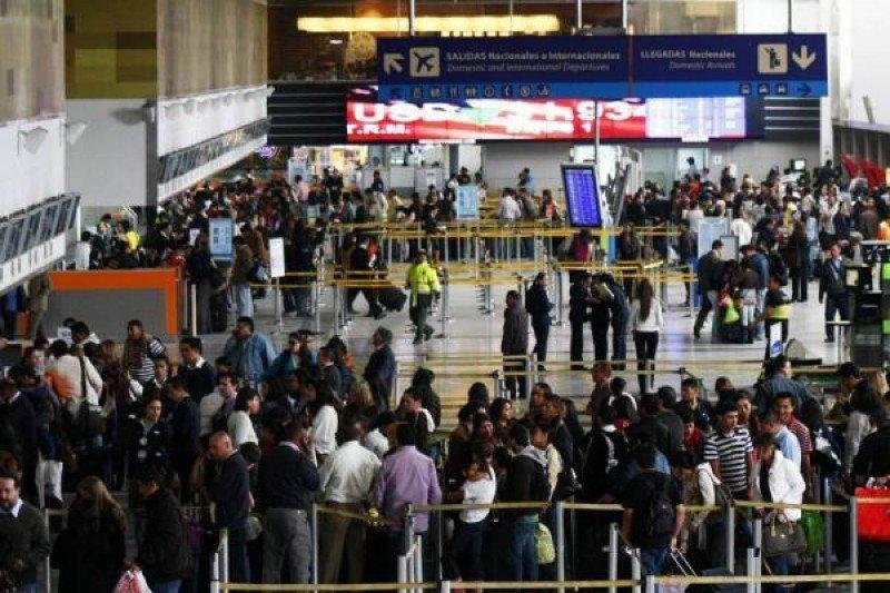 Pasajeros embarcando en el aeropuerto El Dorado.