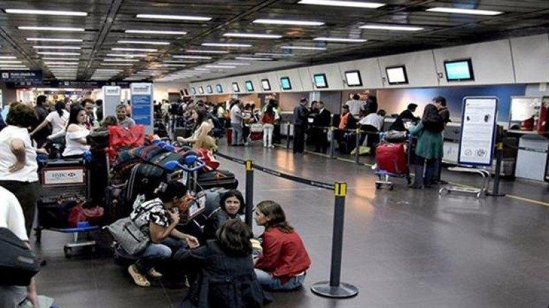 Controladores aéreos de Argentina paran por 48 horas.