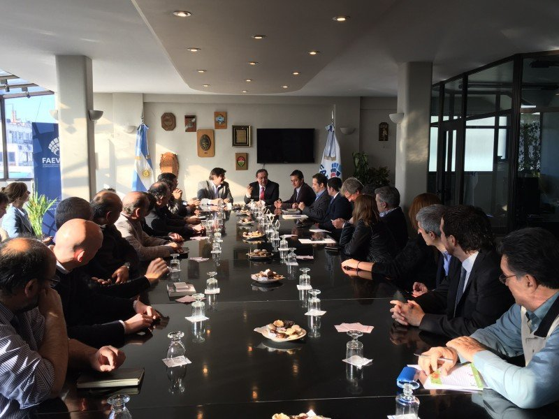 Gustavo Santos se reunió con 40 operadores de Argentina.