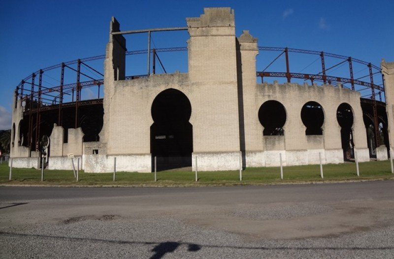 La plaza de toros del Real de San Carlos fue inaugurada en 1910. Desde hace años que está cerrada al público por el peligro de derrumbe.