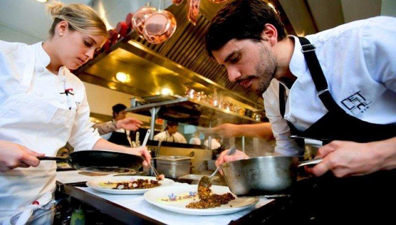 Virgilio Martínez cocinando en Central.