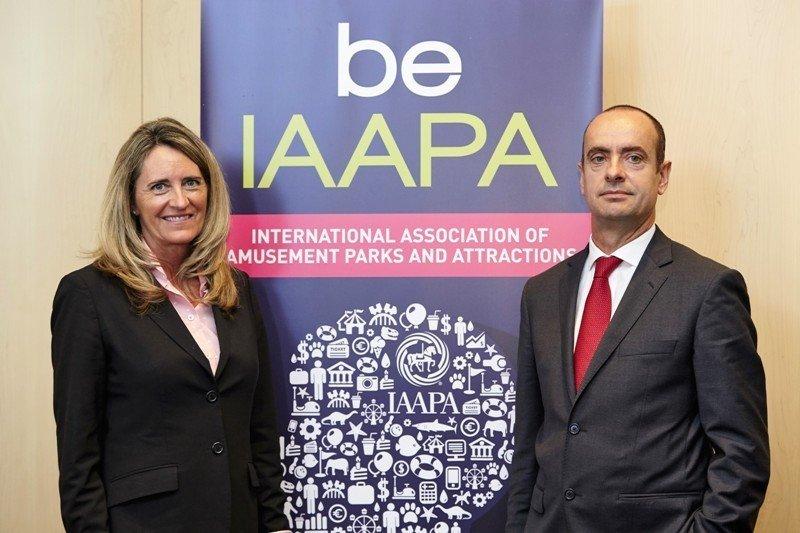 Karen Staley, vicepresidenta senior de la International Association of Amusement Parks and Attractions (IAAPA), y Fernando Aldecoa, director general Operativo de PortAventura World
