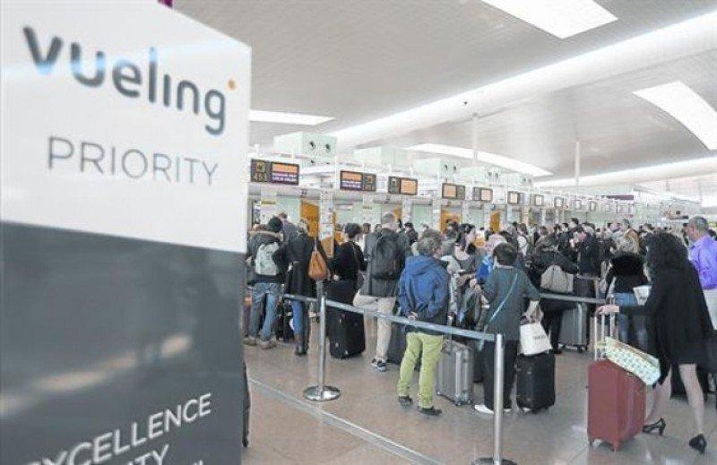 Colas en los mostradores de facturación de El Prat (Foto El Periódico/Danny Caminal).