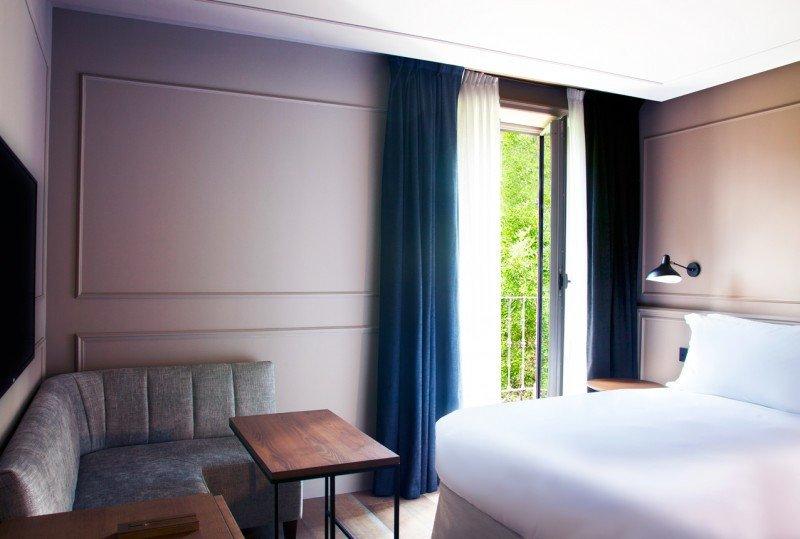 Sus 64 habitaciones cuentan con una zona de estar con un sofá esquinero y una mesa para poder trabajar.