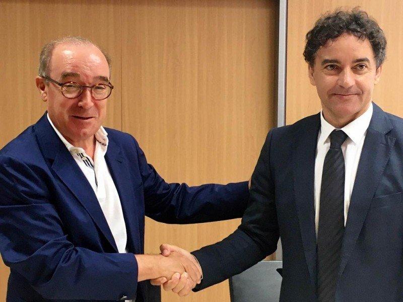 De izq. a dcha, Antonio Mayor y Francesc Colomer tras la firma del acuerdo para la campaña de promoción conjunta.