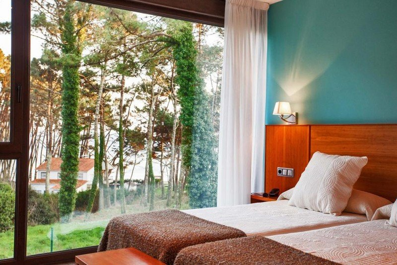 El hotel Alén do Mar, en Fisterra, cuenta con 11 habitaciones que combinan un diseño moderno con elementos arquitectónicos gallegos tradicionales.