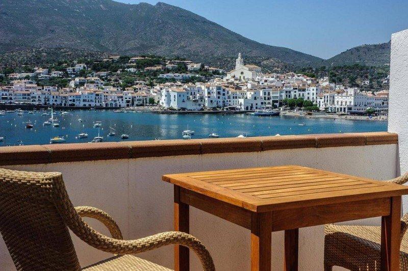 El hotel Playasol ofrece desde su terraza vistas privilegiadas a Cadaqués y su bahía.