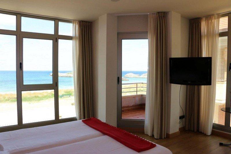 El Marítimo Ris es un complejo turístico formado por un hotel y apartamentos de habitaciones sencillas en la costa de Noja (Cantabria).