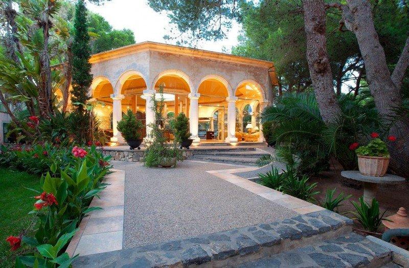 El hotel Lago Garden se encuentra rodeado de jardines, playas con dunas y pinares en Cala Ratjada (Baleares).