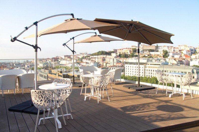 La terraza en su azotea, con una zona de salón y piscina panorámica, ofrece vistas de la ciudad.