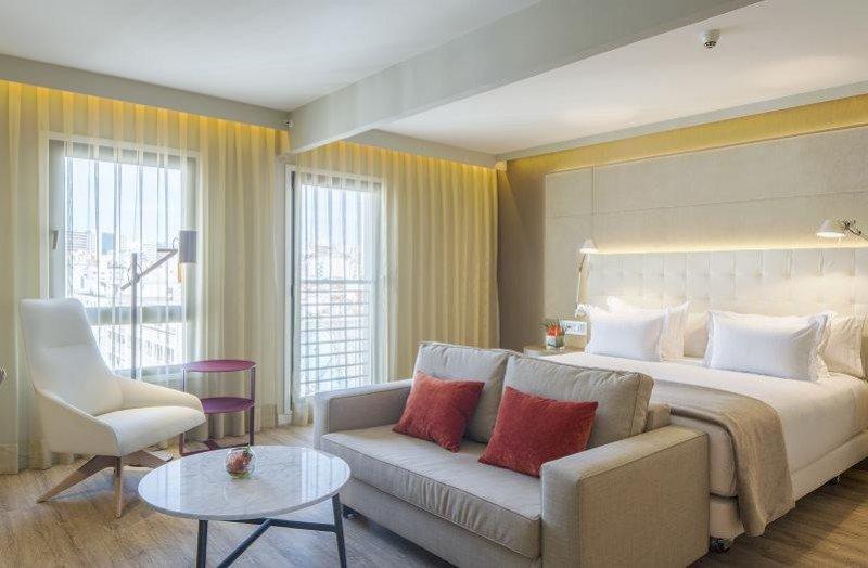 El hotel dispone de 83 habitaciones, de las que 58 son de categoría superior y 25 suites.