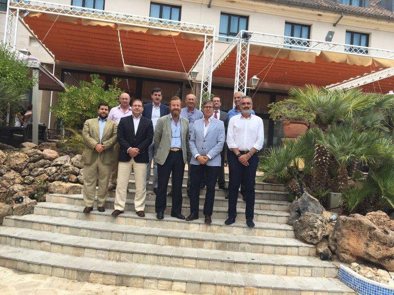 Foto de familia de la nueva junta directiva de la Federación Andaluza de Hoteles.