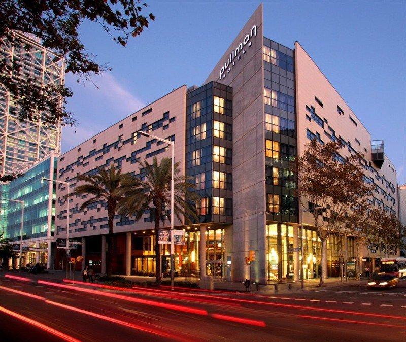 El hotel está situado en el Puerto Olímpico de Barcelona, rodeado por la playa, jardines y una zona de ocio.
